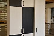Flurschrank mit Dekoren in Trendkombination: Schwarz und Weiß mit Holzstruktur und passenden Designgriffen.